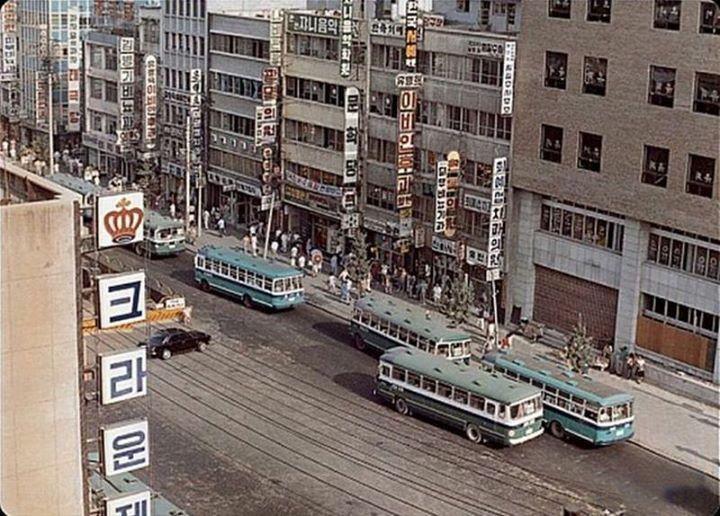 1973년 종로2가. 가운데 보이는 선들은 1968년 운행을 마친 전차길. 길 가운데 노란색 안전판들은 당시 공사를 시작한 서울지하철1호선 공사장 표시판.