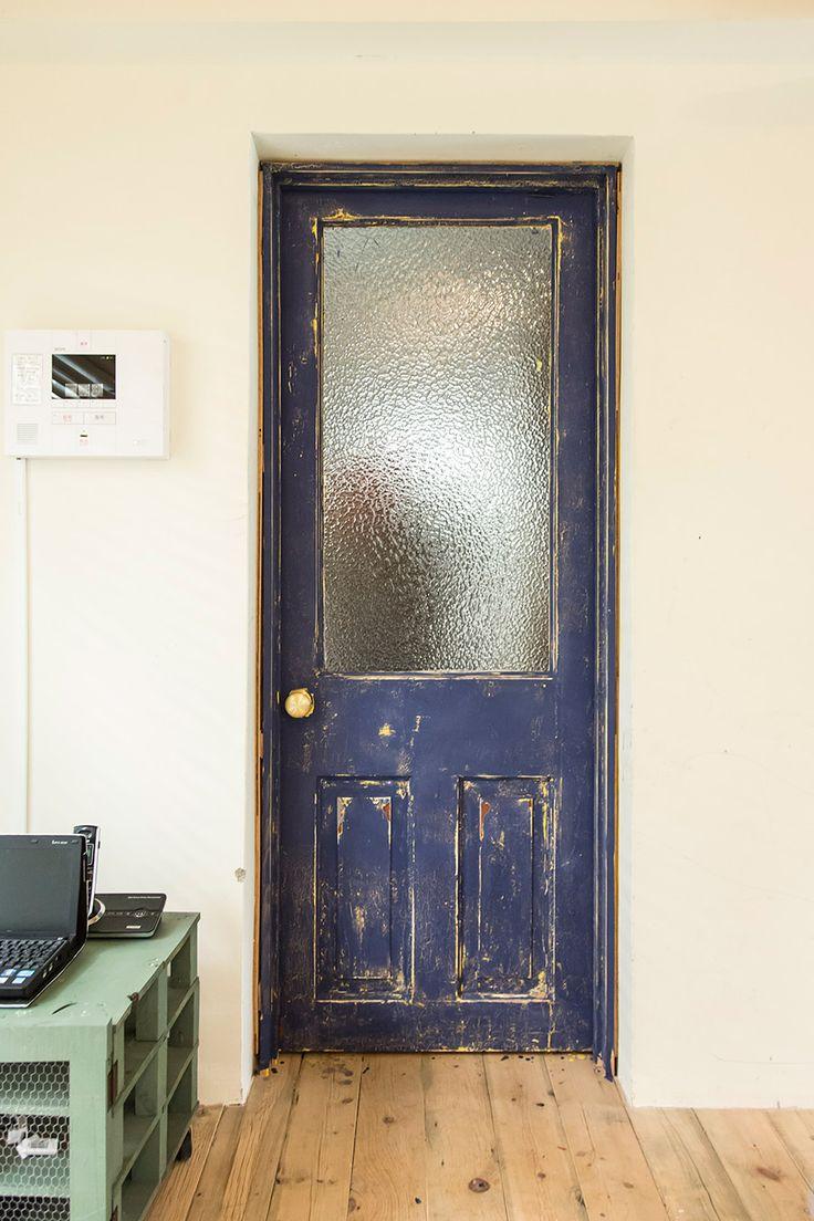 アンティークのドアに自分たちでペンキを塗って、さらにやすりで削って味出し。床にペンキが落ちてしまっているのも味?