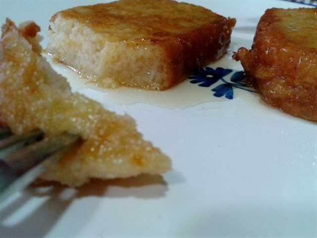 Torrijas en almíbar: el secreto de esta receta de torrijas es el almíbar casero de vino blanco.