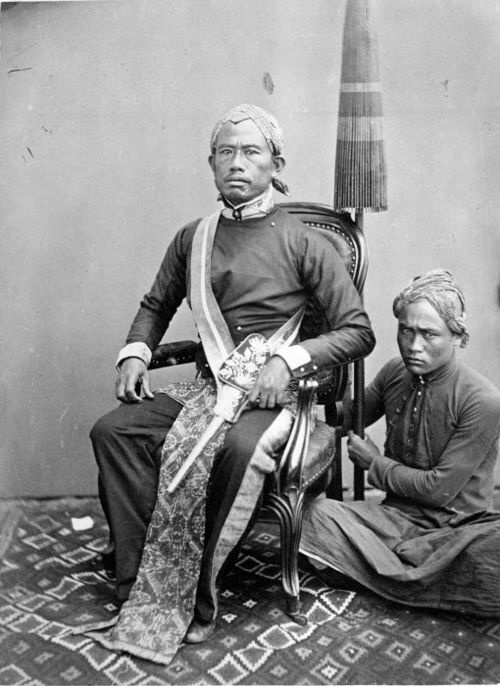 An aristocrat with his servant, Bandung, Indonesia, 1870-1880.  Source: Tropenmuseum