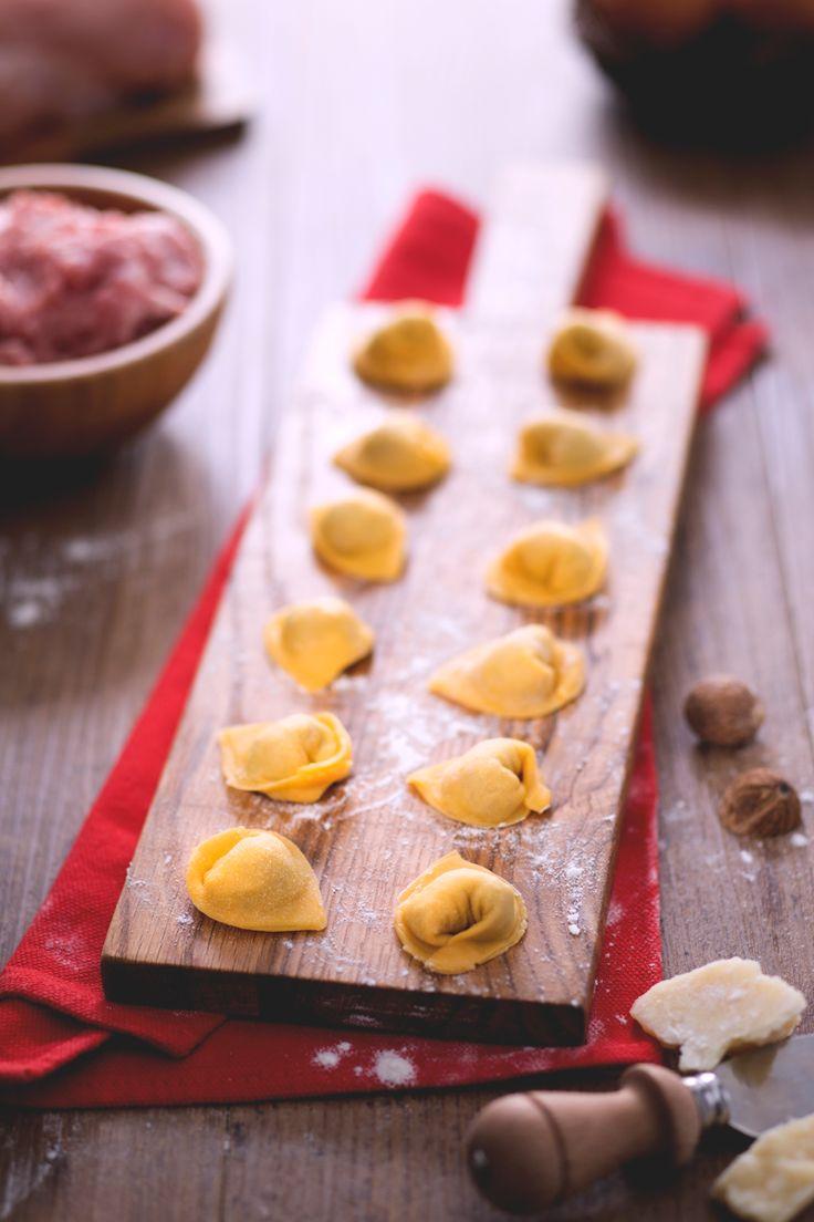 Cappelletti fatti a mano: fare la pasta in casa è un vero e proprio antistress. In più, il risultato è sempre un successo!  [Fresh pasta cappelletti]