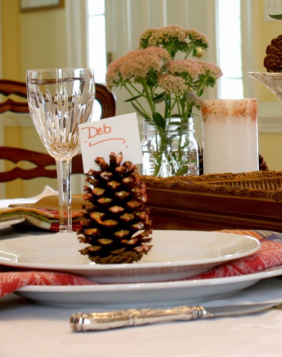 Do you love to entertain? Try this #DIY Glitter Pine Cone Place Card and impress your guests this holiday season.