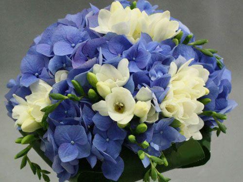 Букет невесты из синей и белой гортензии