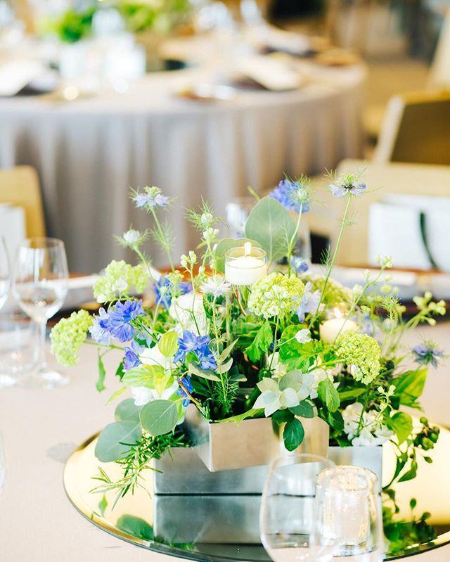 一番ミニマムなタイプのテーブル装花です。 シルバーのモダンな花器を2つ並べ、作りこみすぎないナチュラルなアレンジメントを作っていただきました。ミニマムだけど寂しくは見えない仕上がりは、フローリストさんの神業です! * * #wedding #weddingphoto #結婚式 #結婚式レポ #装花 #会場装花 #greenwedding #ナチュラルウェディング #卒花 #卒花嫁 #アンダーズ #アンダーズ東京 #andazwedding #andaz #andaztokyo #天才フローリスト #きくりん