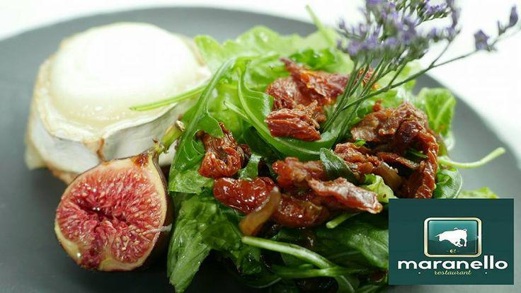 INSALATA CAPRA   Mieszanka sałat z pieczonym dojrzewającym kozim serem, cebulkami borrentine, suszonymi pomidorami, karmelizowaną figą oraz dressingiem orzechowym