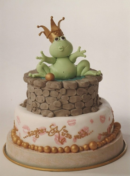 Cute cake!  Modeled with fondant... by elinor
