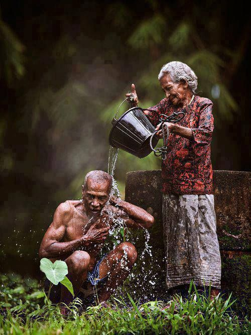 PopularPlaces Suriname Love is … helping each other taking a bath in the morning … !! Facebook: https://www.facebook.com/PopularPlaces