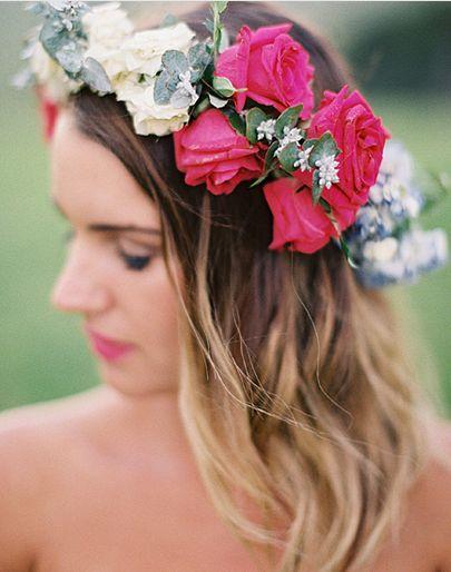 ビビットカラーの花冠でダウンスタイルを楽しむ ウェディングドレス・カラードレスに合う〜ダウンの花嫁衣装の髪型まとめ一覧〜