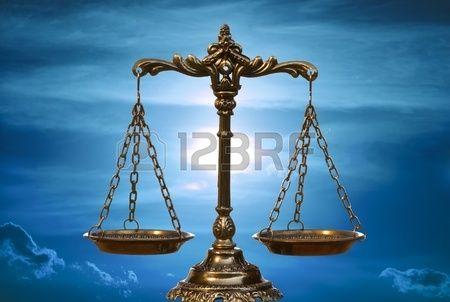Une photo de la balance de la justice avec une superposition de th me quilibre Banque d'images