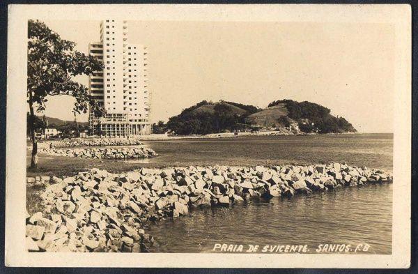 São Vicente - Gonzaguinha na Baia de São Vicente. O Edifício Grajaú em obras e a Ilha Porchat ao fundo.