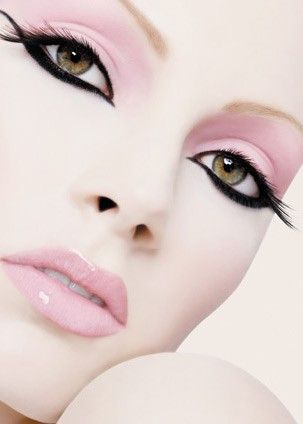 Light pink eyeshadow with black liquid eyeliner cats eye and light pink glossy lips
