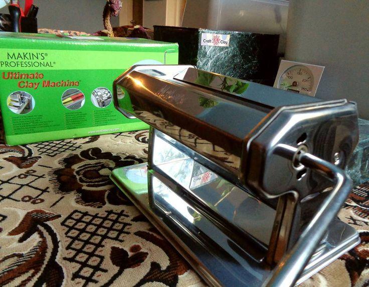 В этот Новый год я получила от Дедушки Мороза паста-машину Makin's и термометр Fimo для духовки Удобство неимоверное!  А вам какой подарок принёс Дед Мороз? Расскажите! Интересно же =) _____  #уголок_мастерской_Н #workshop #мастерская
