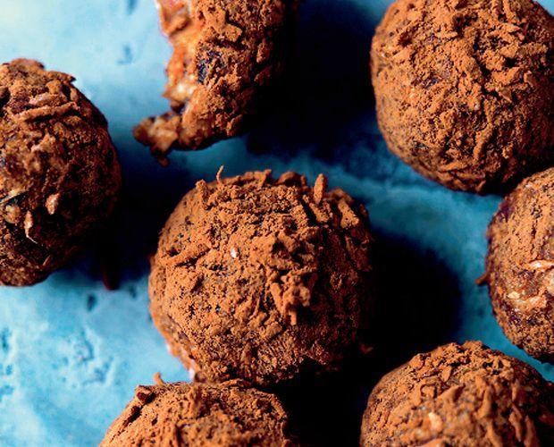 Sunde havregrynskugler gør det lidt mindre syndigt at nyde julens konfekt. Få en opskrift på søde og sunde havregrynskugler lige her!