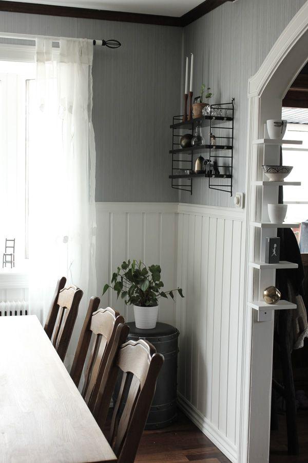 stringhylla, svart stringhylla, renovera matsal, renovera vardagsrum, vardagsrum i grått och vitt, detaljer i vitt, svart och grått, inredningstips vardagsrum, smal vit hylla,