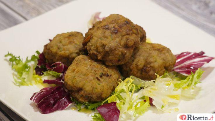 Le polpette di carne con pinoli e zucchine sono un secondo piatto perfetto per i pranzi e le cene in famiglia all'insegna del buon cibo.