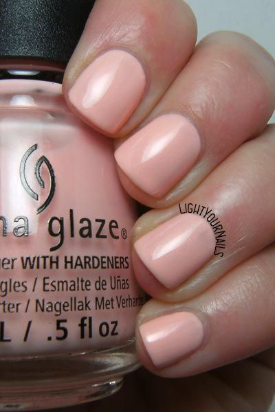 Swatches and review of peach coloured nail polish China Glaze Pack Lightly. // Foto e recensione smalto rosa pesca China Glaze Pack Lightly.