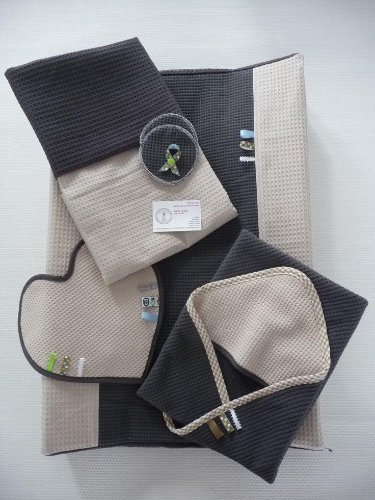 Mooi pakket in opdracht van een aanstaande moeder gemaakt. Alles van wafelkatoen, deken/dekbedovertrek, badcape/omslagdoek, aankleedkussenhoes, zoogcompressen, booby tag/BH-strikje, schouderspuugdoek/tutteldoekje.