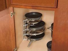 Frigideiras empilhadas  Achamos o máximo essa ideia para organizar as frigideiras da cozinha, que vivem fazendo bagunça no armário. A dica s...
