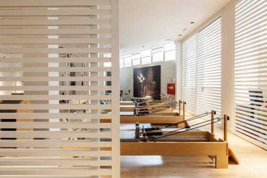 pareti sostituite da dei pannelli a doghe, in uno stile di ispirazione giapponese, e divisori che creano ariosità