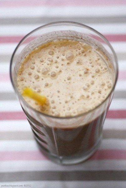 Банановый коктейль с корицей и печеньем Ингредиенты: - 6 шт печенья/галет (около 60 г) - 250 мл молока - корица и другие специи - 1 банан - чайная ложка изюма Приготовление: Наломайте мелко печенье и выложите в блендер вместе с корицей, изюмом и нарезанным бананом. Молоко вскипятите и влейте в блендер, все взбейте до однородной массы. Вылейте в бокал и подавайте.