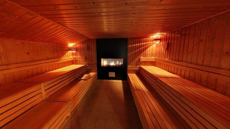 De haardsauna is een traditionele Finse sauna en is 90°C. Deze twee identieke sauna's zijn met elkaar verbonden door middel van een doorkijk open haard. Wij raden aan na het gebruik van de dubbele haardsauna te douchen met lauw/warm water.