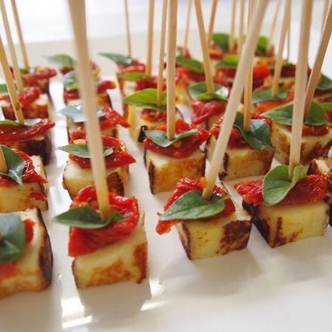 É sexta e você vai receber as visitas em casa?! Que tal preparar espetinhos de queijo coalho, tomate confit (em conserva) e manjericão?! Fácil né? E gostoso também! #petiscos #aperitivos #recebendoasvisitas #visitas #prabeliscar #espetinhos #fingerfood #queprendada