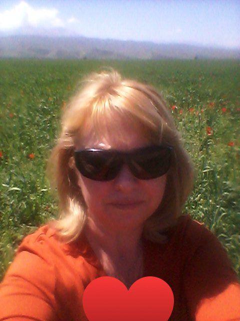 Моя малая Родина Киргизия - страна моих предков, моего детства, великолепных гор, добродушных людей, чистых горных вод. С самого детства помню, когда в мае предгорья становятся красными от диких маков. Какой аромат царит над полем, какая красота!❤️
