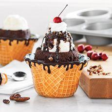 Resep Brownies Cup Ice Cream - Resep Masakan Dessert kali ini hadir dengan tampilan dan rasa yang mungkin belum pernah Anda coba sebelumnya. Lembut dan manisnya brownis dalam bentuk yang menggamaskan terasa lebih nikmat saat disantap dengan lembut dan dinginnya es krim kapucino buatan sendiri.  Berikut Ulasan selengkapnya Resep Brownies Cup Ice Cream :