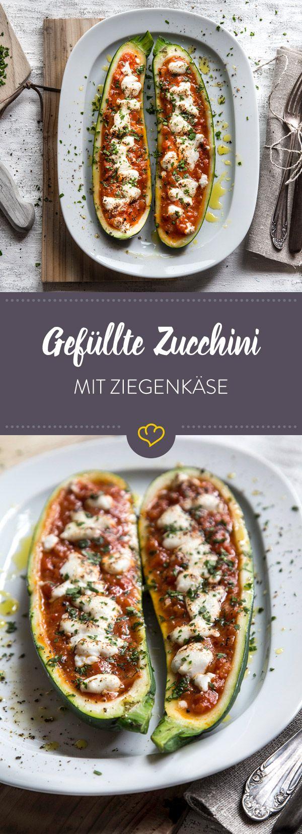 Diese gefüllten Zucchini mit Tomatensauce und Ziegenkäse bringen eine ordentliche Portion Pizza-Geschmack auf deinen Teller, sind aber ganz Low Carb.