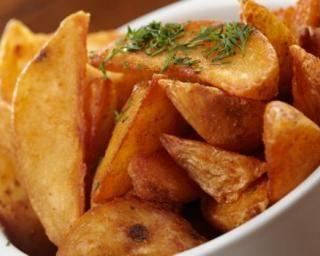Frites potatoes épicées sans sel cuites au four - 5 UPP - 2 parts : 400 g pommes de terre - 1 cuillère à soupe de paprika - 1 cuillère à soupe de curry - 1 cuillère à café de piment doux - 2 cuillères à soupe d'huile d'olive - poivre
