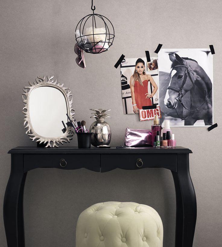 Ett enkelt sminkbord för din stora tjej. Skene sittpuff blir jättefin också i ett flickrum.