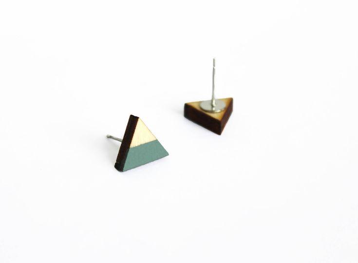 houten oorbellen, driehoek oorbellen, groen, grijs, geometrische oorbellen, minimalistisch, simpele oorbellen, oorstekers door JolisMots op Etsy