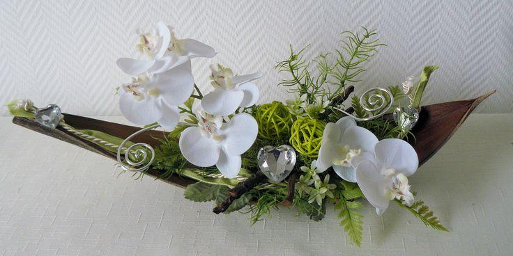 Table decoration table arrangement orchid white / green coconut leaf coconut …  – Floristik