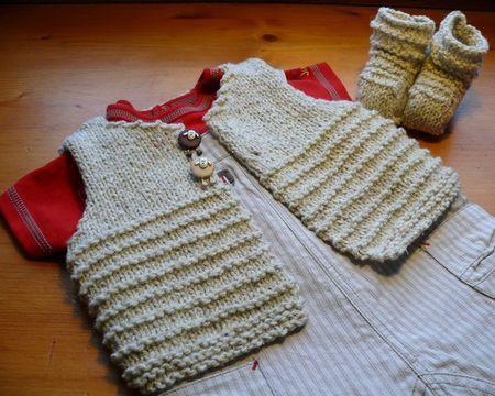 Cadeau de naissance:un ensemble chaussons et gilet de berger. - Créa'Tricot