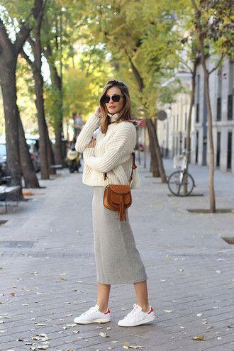 Rock gestrickter Rock Midi-Rock grauer Rock Pullover weißer Pullover lange Ärmel Tasche Umhängetasche braune Tasche Sonnenbrillen Turnschuhe weiße Turnschuhe adidas …