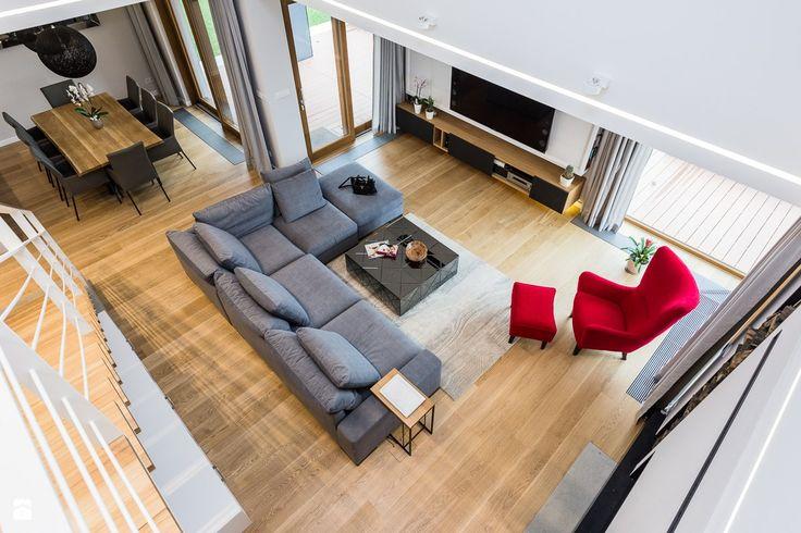 Deski na podłodze (szerokie), oddzielny fotel do wypoczynku