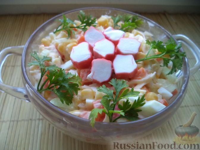 Фото приготовления рецепта: Салат из сыра с консервированной кукурузой и крабовыми палочками - шаг №12