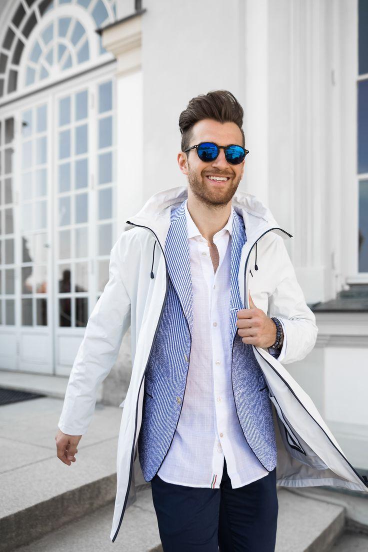 Falls es bei der Gartenparty, dem Sommerfest oder der Hochzeitsfeier draußen doch mal regnen sollte, ist man mit dem stylischen Regenmantel von PEOPLE OF SHIBUYA gewappnet, denn er ist zu 100% wasserdicht. Außerdem: Der Mantel eignet sich auch super für angezogene Looks, auf dem Weg zu Geschäftsterminen wäre er ein absoluter Eye-Catcher.