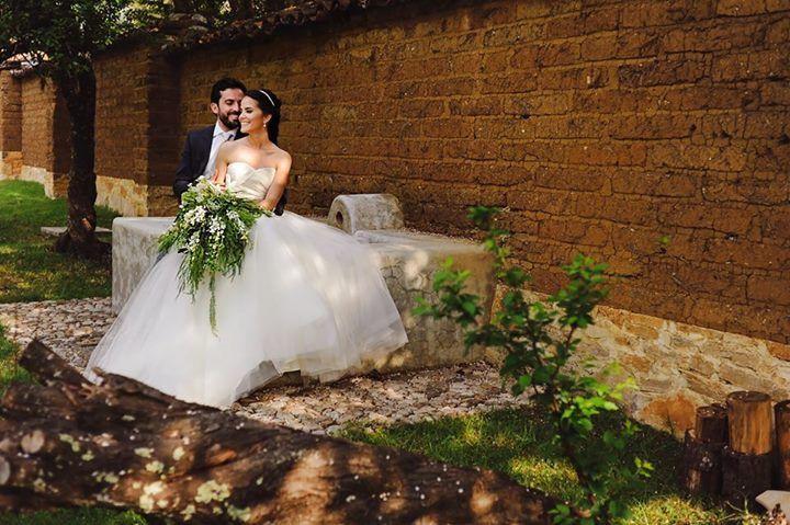 Daniela y Cesar ❤️️ ramo en cascada con follajes verdes y toque de Orquideas