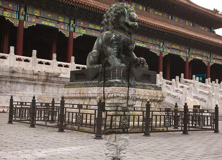 """Çinli sanatçı Liu Bolin 'Şehirde Saklanmak' ismini verdiği çalışmasıyla, üstün boyama teknikleri ile şehrin herhangi bir noktasında görünmez olabiliyor. Bolin, """"Kamuflaj Adam"""" ismi ile tanınıyor."""