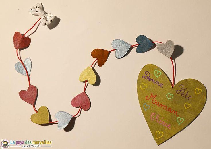 Une carte cœur pour la fête des mères avec une jolie guirlande de cœurs qui se dévoile peu à peu en tirant délicatement sur le nœud.