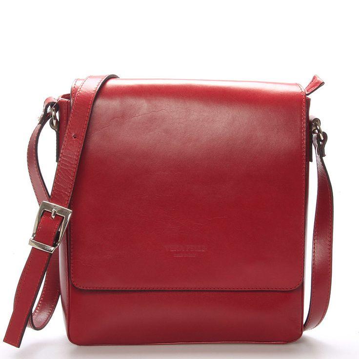 #ItalYCrosby Červená pevná luxusní kožená taška přes rameno Italy pro muže i ženy. Voňavá kůže, italský design, kvalitní zpracování.. prostě vše co od kožené tašky očekáváte. Taška se zavírá klopou na magnetický cvoček a ještě na zip. Obsah je tedy dokonale chráněn. Uvnitř je dělená kapsou na zip. Dokonce se do ní vejde i menší tablet s max. rozměry 23 x 25 cm. Praktické kapsičky pro ukládání věcí jsou po celé tašce.
