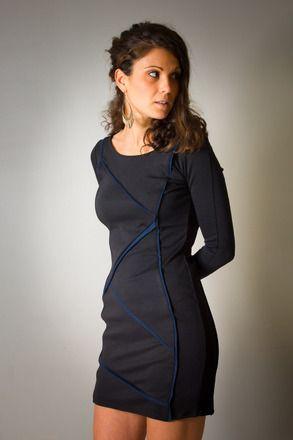 Robe a découpes princesses, qui galbe le corps et épouse parfaitement ses formes! Elle est réalisée en maille milano noire, douce et ultra confortable!  Insertion de biais en - 19399658
