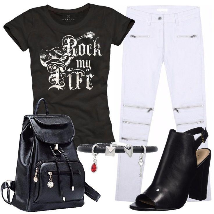 T-shirt in cotone nera con stampa, jeans skinny bianchi a vita alta con zip, zainetto in finta pelle nera, sandali neri in pelle con tacco grosso e chiusura con fibbia, bracciale con charms in similpelle.