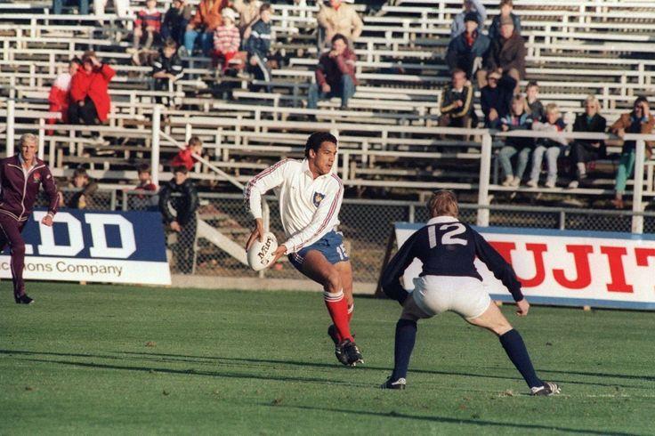 La France débute la Coupe du monde 1987 par une rencontre contre l'Ecosse, le 23 mai, au Lancaster Park de Christchurch (Nouvelle Zélande). Les deux adversaires se séparent à égalité, 20-20. Serge Blanco aura largement contribué au score en inscrivant deux pénalités et un essai transformé. © AFP