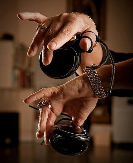 Rogelio Rodriguez instructo de bailarines enseñando a tocar las castañuelas...
