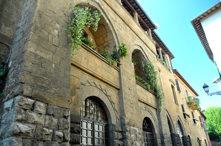 Particolari finestre di un antico palazzo di Orvieto.