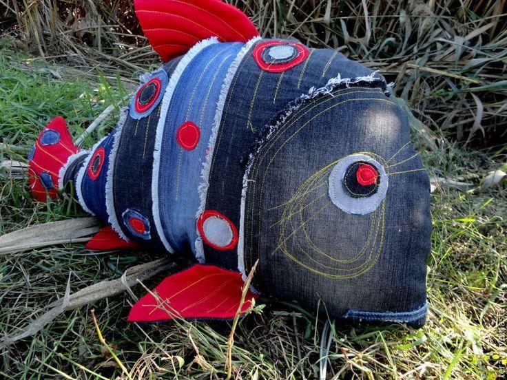 Купить или заказать Подушка Рыба- Джинс в интернет-магазине на Ярмарке Мастеров. Подушка Рыба- Джинс станет замечательным подарком рыбаку! Какой рыбак не мечтает о ТАКОЙ рыбине? Она комфортно поселится в машине и поможет скоротать ночь. Подушка пошита из джинсовой ткани, в качестве наполнителя использован неаллергенный холофайбер. За такой подушкой легко ухаживать, можно стирать в машинке, она не деформируется.