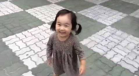 Gıcırtılı Ayakkabıları Ayağındayken Babasına Kızgın Kalamayan Sevimli Kız http://goster.co/gicirtili-ayakkabilari-ayagindayken-babasina-kizgin-kalamayan-sevimli-kiz