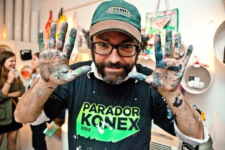 Liniers con las manos en el mural del Patio del Konex
